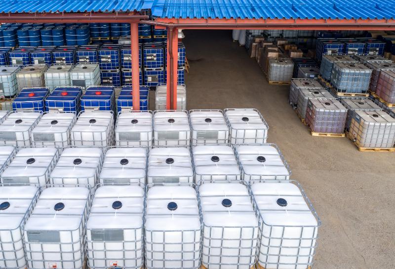 Blich auf ein Lagerhaus, in dem zahlreiche IBC-Container übereinander gestaplet sind