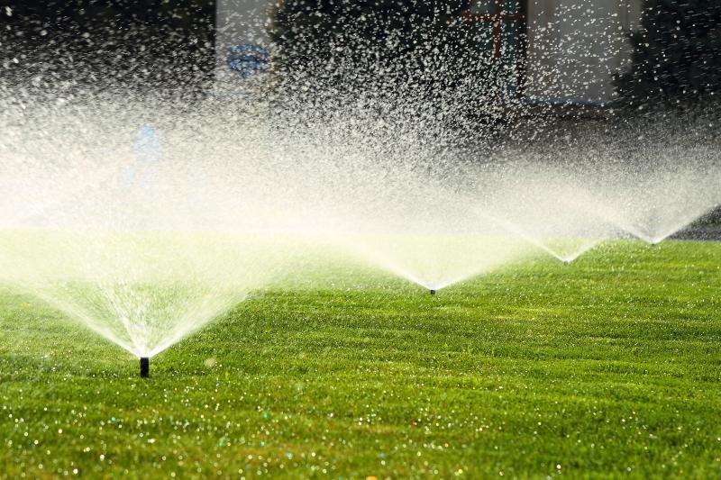 Sprenkleranlage auf Rasen - Bewässerungscomputer im Einsatz