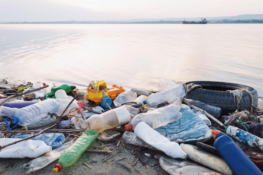 Plastikmüll am Strand - IBC Rebottling oder Rekonditionierung ist auch ein Beitrag zur Vermeidung