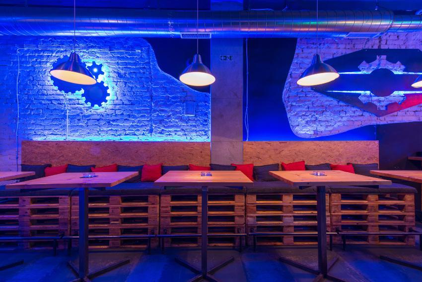 Sitzgelegenheit in einer Bar mit bläulichem Licht