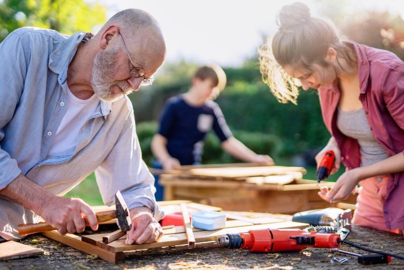 Familie baut an Holzverkleidung