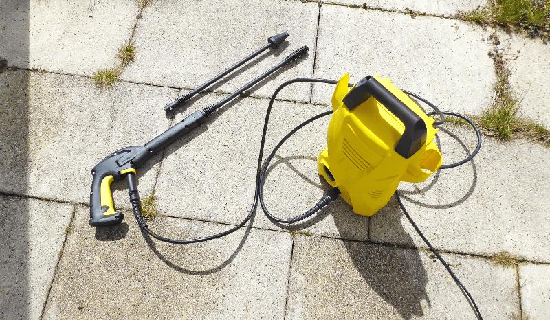 Ein einsatzbereiter Hochdruckreiniger steht für die Reinigung der Tanks im Garten bereit