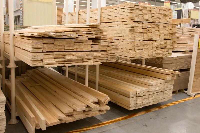 Holzbretter im Baumarkt für die Holzverkleidung
