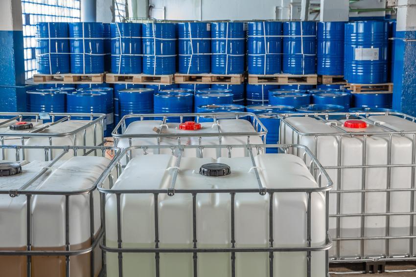 IBC Container und blaue Metall-Fässer - IBC EX-geschützt