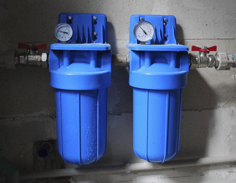 Zwei Trinkwasserfilter einer privaten Aufbereitungsanlage