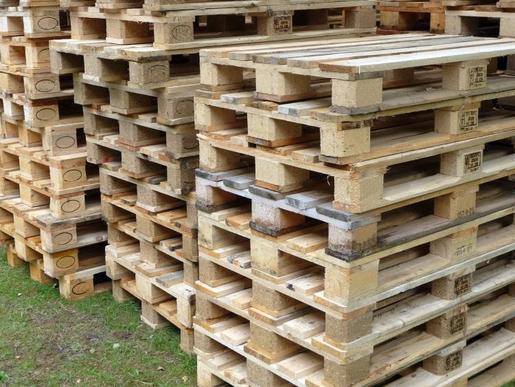 Mehrere aufeinander gestapelte Holzpaletten