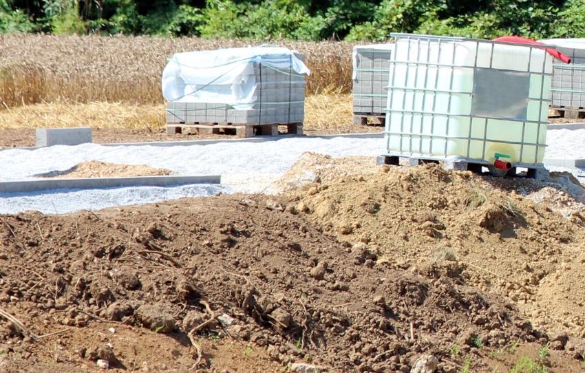 IBC Container auf einer Baustelle - Teich anlegen kann durch einen IBC erleichtert werden