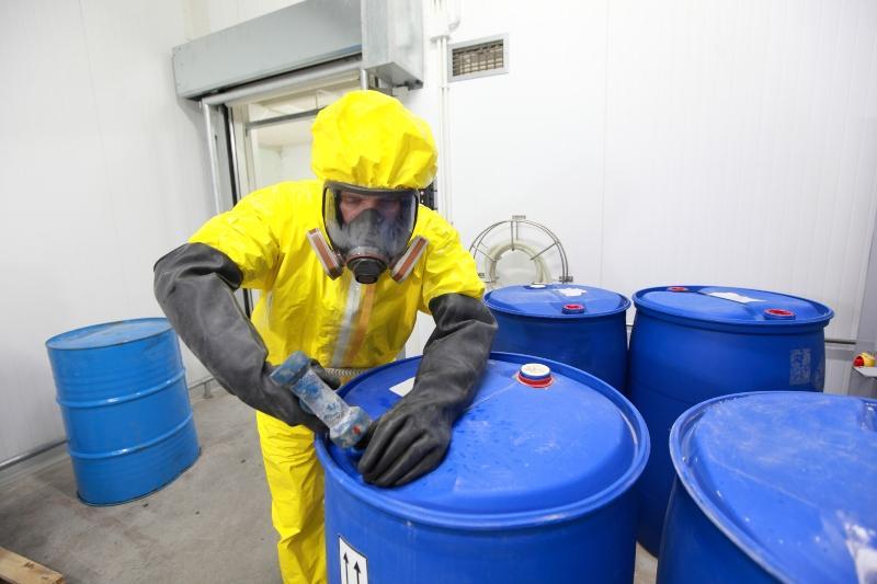 Mann versiegelt Gefahrgut-Container