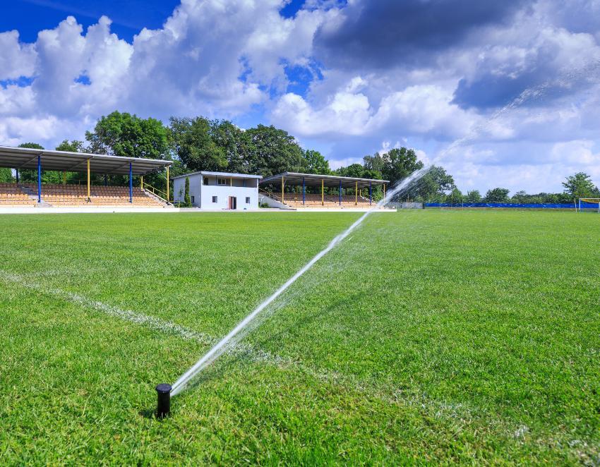 Getrieberegner zur Bewässerung eines Fussballfeldes