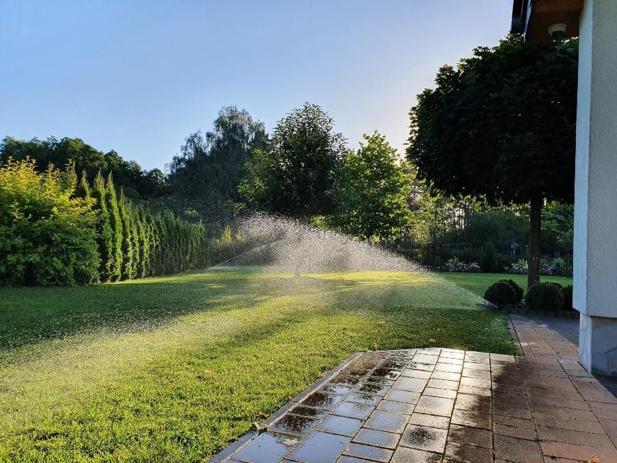 gartenbewaesserung-wetterstation-mit-regenmesser-fuer-den-garten