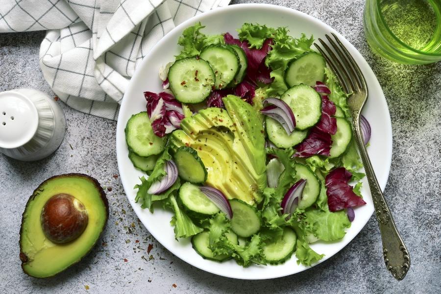 frischer salat mit avocado und gurke