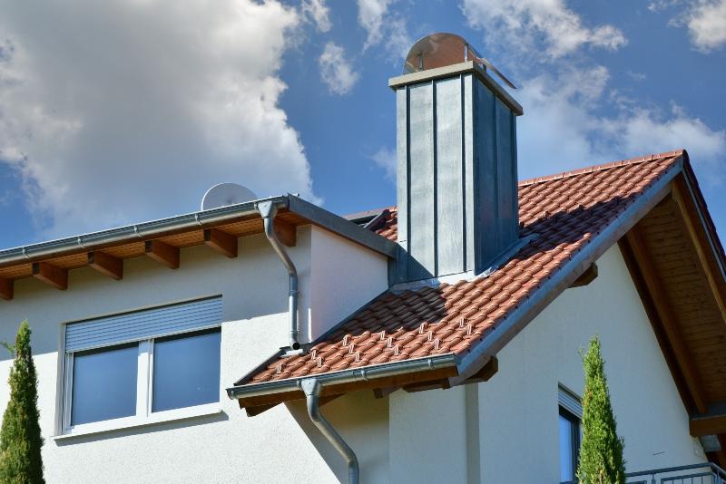 Haus und Dachrinne mit Fallrohr