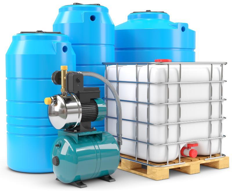 Ein Hauswasserwerk, ein IBC-Container und mehrere Erdtanks stehen nebeneinader Hauswasserwerk oder Hauswasserautomat