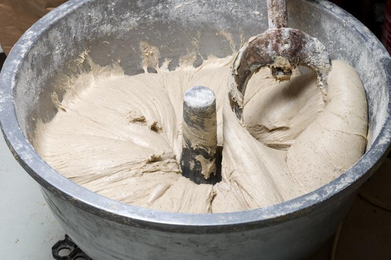 Eine große Portion Teig ist zu sehen, die soeben mit einem industriellen Mischwerk hergestellt wurde. IBC-Mixer