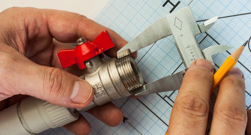 Mit einer Schieblehre wird der Durchmesser eines Außengewindes gemessen BSP Gewinde
