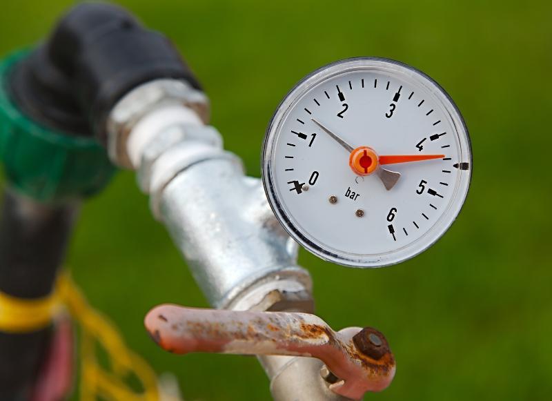 Ein Manometer, das einen Wasserdruck von 4 bar anzeigt