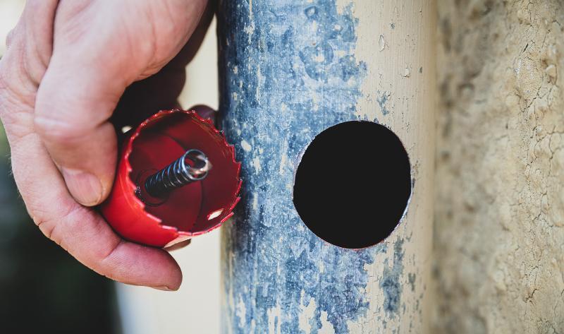 Ein Regenrohr, in das ein Loch für einen Fallrohranschluss gebohrt wurde Fallrohranschluss
