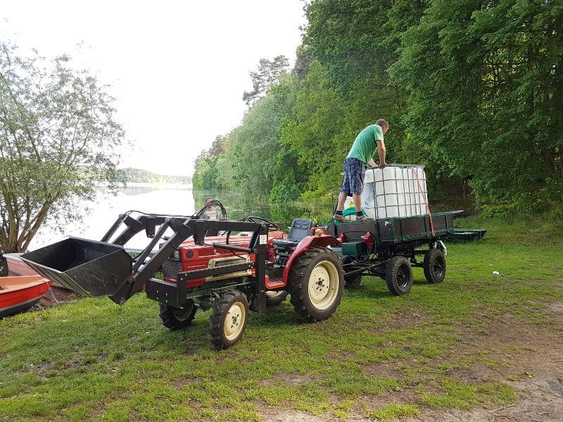 IBC auf Anhänger am See, bereit zur Befüllung mit Wasser - Wassertränke für den IBC