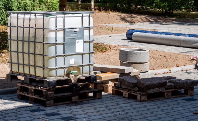 Ein IBC-Container steht im Umfeld einer Baustelle. Kombinations-IBC