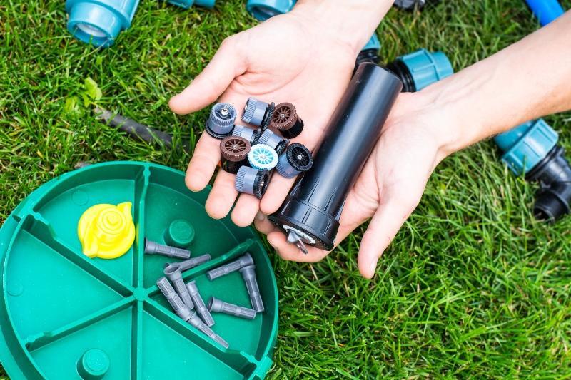 Diverse Komponenten inklusive Versenkregner für die Gartenbewässerung