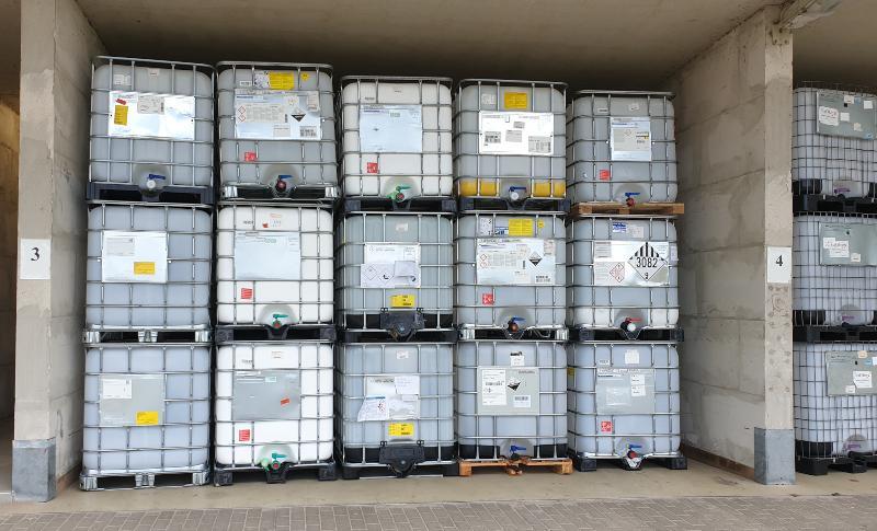 In drei Lagen sind mehrere IBC-Container aufeinandergestapelt. So ist eine besonders platzsparende Lagerung möglich.