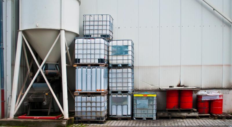 Unterschiedliche Kombinations-IBCs sind in einer Industrieanlage aufeinandergestapelt