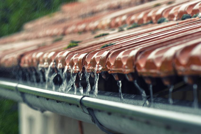 Regenwasser tropft in Regenrinne