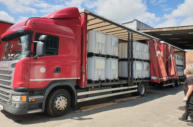 Mehrere IBC-Container auf einem LKW, der gleich entladen wird