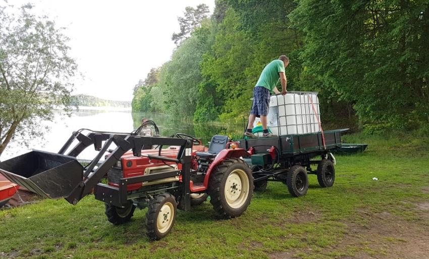 IBC Container wird auf Anhänger transportiert