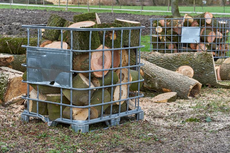 Mehrere Gitterboxen eines IBC-Containers, die mit Brennholz gefüllt sind IBC Blase ohne Gitter