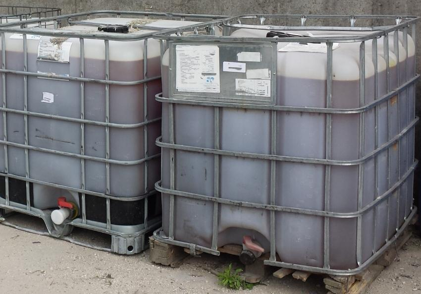2 IBC Container mit Flüssigkeit gefüllt - Prüfungen an Großpackmitteln