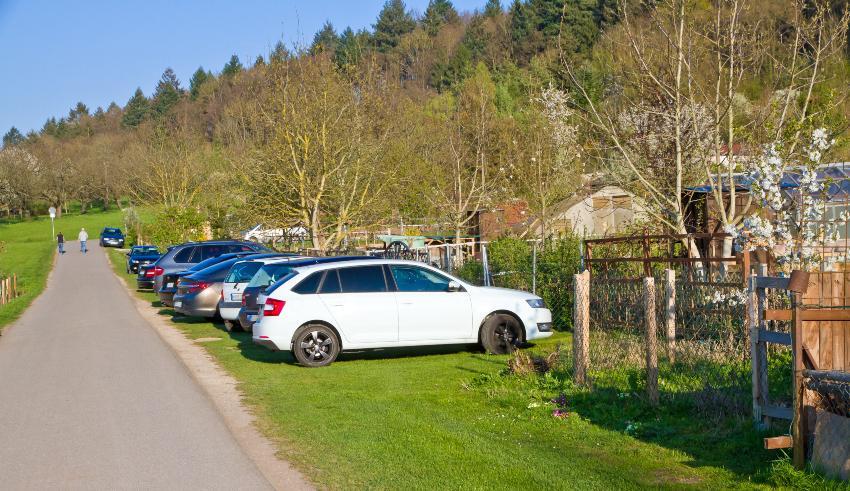 Schrebergarten, Zugangsweg mit diversen geparkten Autos