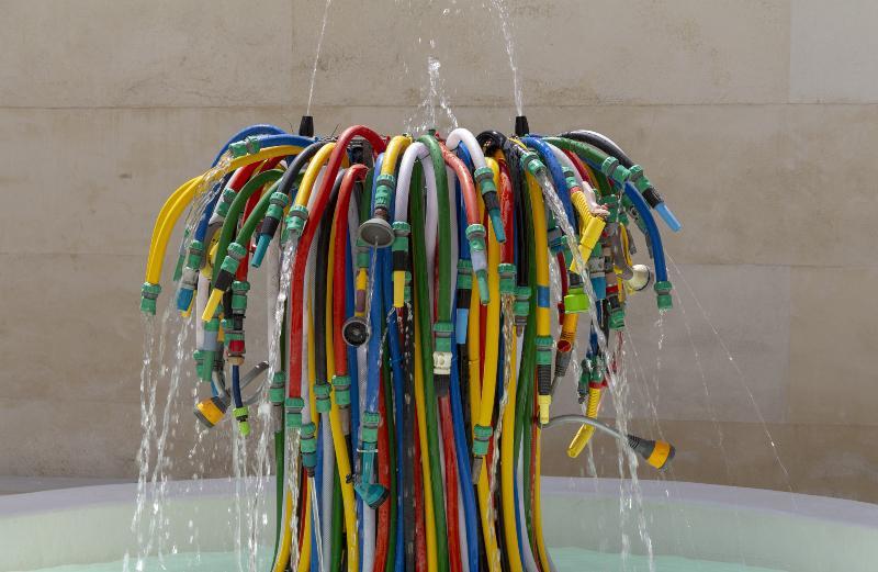 Mehrere unterschiedliche Bewässerungschläuche sind zu einer künstlerischen Installation verarbeitet Bewässerungsschläuche