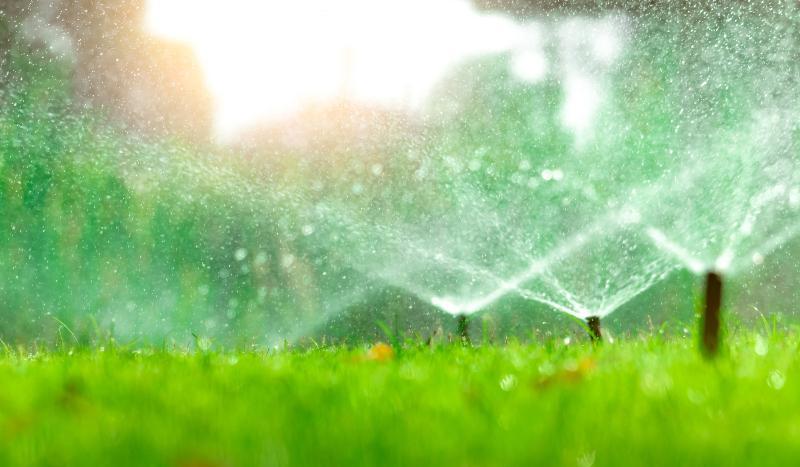 Mehrere Viereckregner im Einsatz, sie bewässern eine größere Rasenfläche