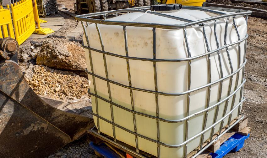 IBC Container mit verbeulter Tankblase