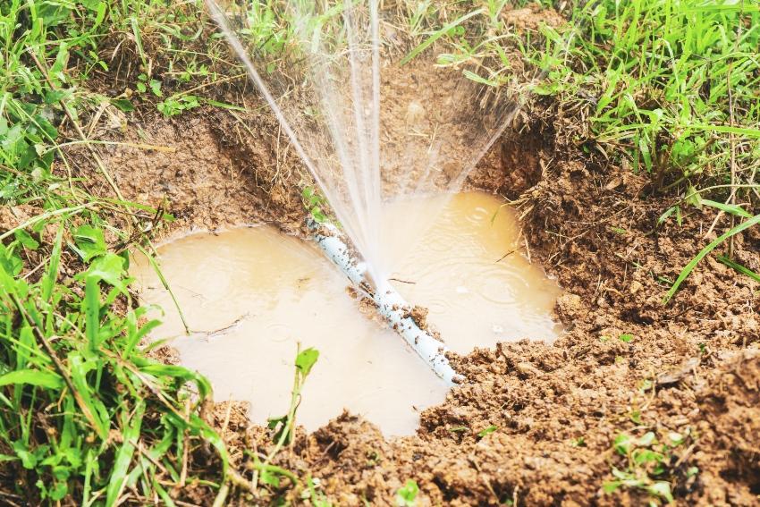 Zerborstene Leitung im Garten - Bewässerungssystem winterfest machen beugt vor