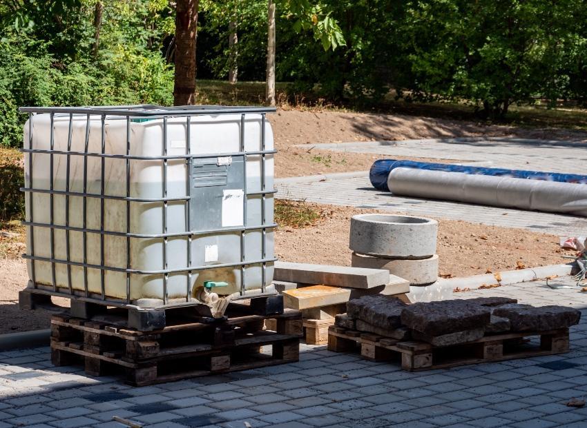IBC Behälter auf einer Baustelle