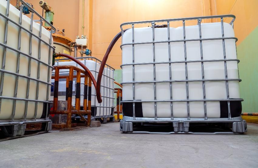 Einige IBC Container, mit Schläuchen verbunden