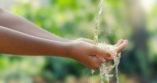 Hände unter sauberem Wasser - Sandabscheider reinigt Wasser