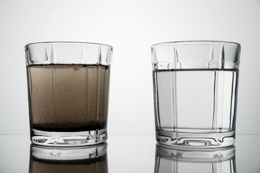 2 Gläser mit Wasser - eins dreckig, eins sauber - Sandabscheider übernehmen diese Aufgabe