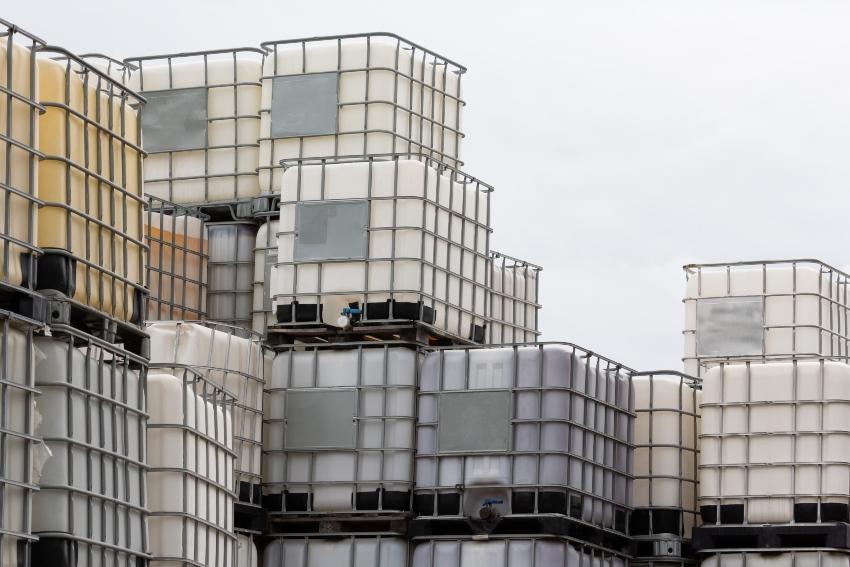 Gestapelte IBC Container - IBC Blase erneuern als Umweltschutz