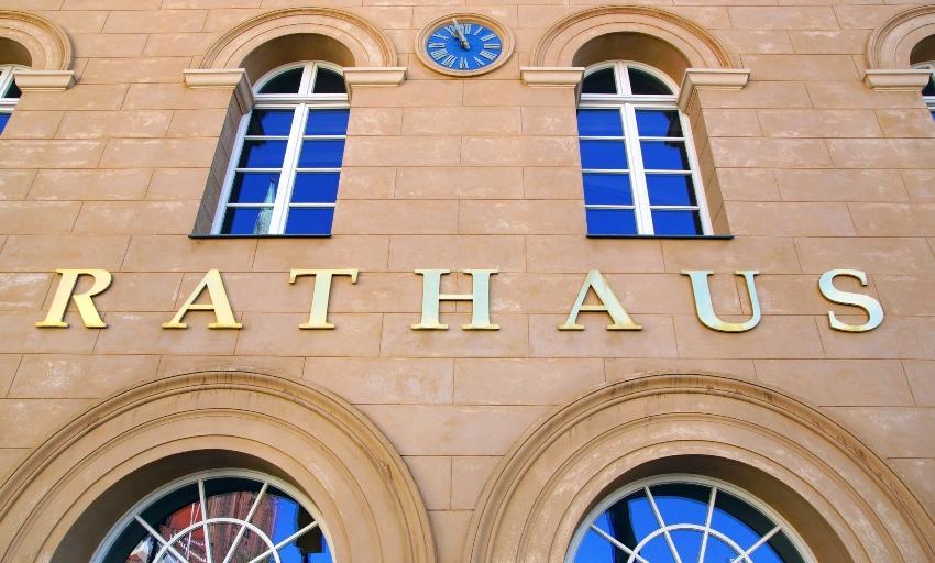 Symbolbild Rathaus - Gartenbrunnen anlegen mit Genehmigung der Gemeinde