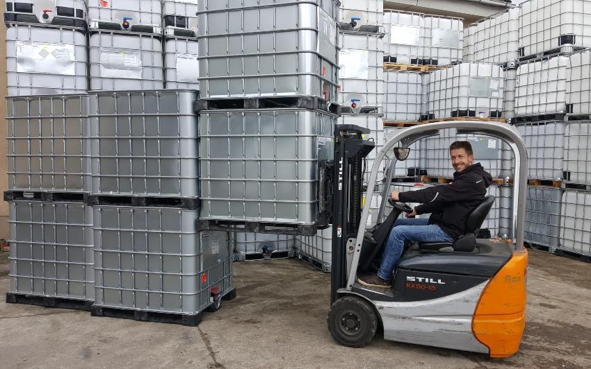 IBC Container eignen sich perfekt für platzsparende Aufstellung und lassen sich mithilfe eines Gabelstaplers platzieren