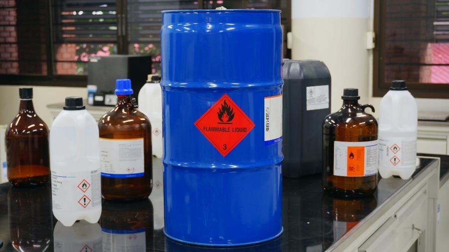 Diverse Kanister und Behälter mit Gefahrstoffen