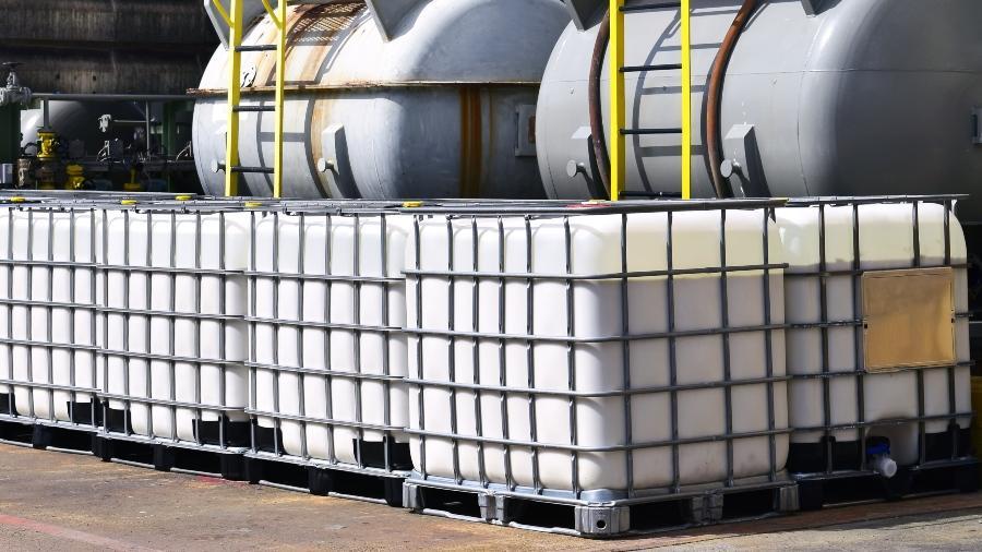 IBc stehen vor größeren Tanks - Gefahrstofflagerung von Kleinmengen