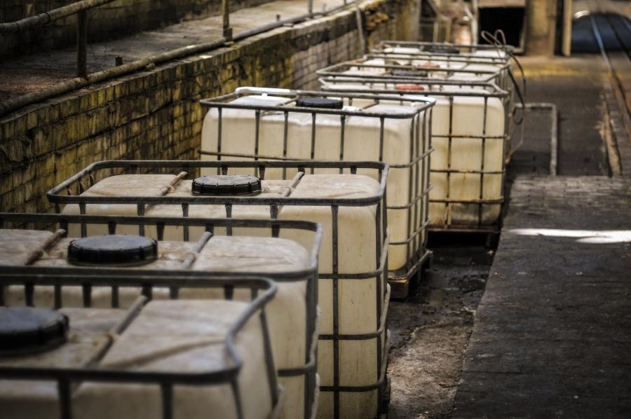 Alte IBC Container - Gefahrstofflagerung von Kleinmengen