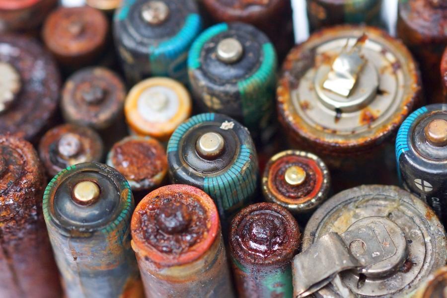 Alte, auslaufende Batterien - Gefahrstofflagerung von Kleinmengen