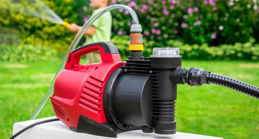 Gartenpumpe im Einsatz für die Gartenbewäseerung