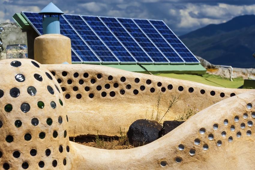 Solaranlage, im Vordergrund Lehmbauten