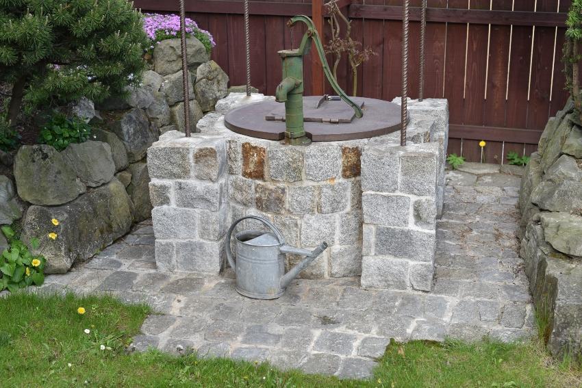Traditioneller Gartenbrunnen mit Handpumpe - Brunnenbau für die Gartenbewässerung